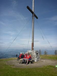 Der Gipfel ist gestürmt, wir sitzen am Gipfelkreuz des Schöckl