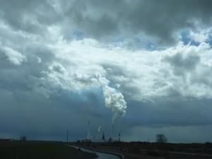 Bedrohliche Szenerie und doch mit einem Lichtschein - JadeWeserPort Wilhelmshaven