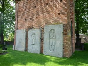 Wremen Friedhof - Grabplatten am Glockenturm
