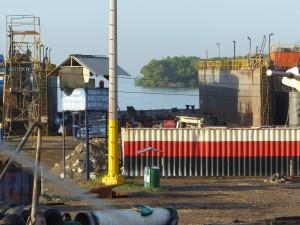 Wachtposten der Werft ASTIVIK - sitzen unterm Wellblechdach