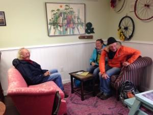 Gemütliche Sitzecke im Cafe Grounded in Urbanna - mit der Crew der Kassiopeia