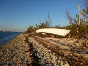 """Gestrandet, nicht nur die Boote, auch die früheren Besitzer sind auf Christmas Tree Island ans Ufer """"gespült"""" worden"""