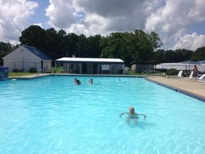 Bei den Temperaturen ist der Pool ein beliebter Treffpunkt der Segler