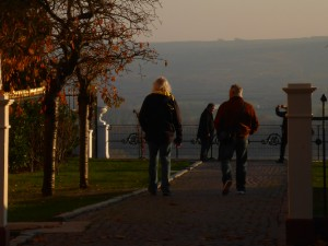 Novembersonne auf Schloss Johannisberg - 2 Segler auf dem Weg zum Aussichtspunkt