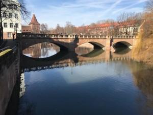 Brücke in Nürnberg - stillt liegt das Wasser und erlaubt eine Spiegelung des Bauwerks