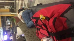 ewiglange couch im Wartebereich des Flughafens Richmond. Da passen wir beide samt Gepäck drauf. Leider liegt das Foto auch auf der Seite ;-)